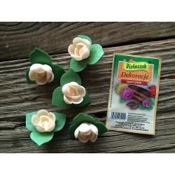 Dekoracje róża angielska pączek z listkiem ecru